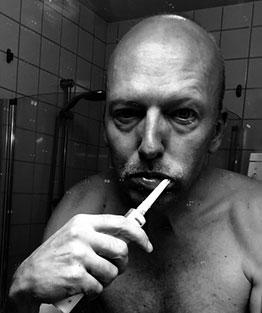 Bakgrunden till JAWPEER är denna hemska syn i badrumsspegeln som fick Peer att börja träna ansiktet