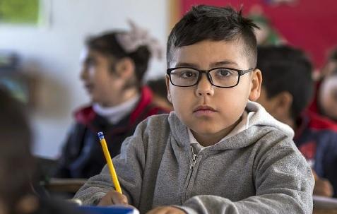 Hjälp för barn med ADHD. Nya smarta tuggprodukter gör att de kan röra sig och öka blodet i hjärnan samtidigt som de arbetar.